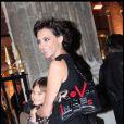 Inès de la Fressange et sa petite Violette arrivent à la boutique Stella McCartney, le 28/01/09. Une très jolie complicité entre la sublime maman et sa ravissante petite fille de 10 ans...