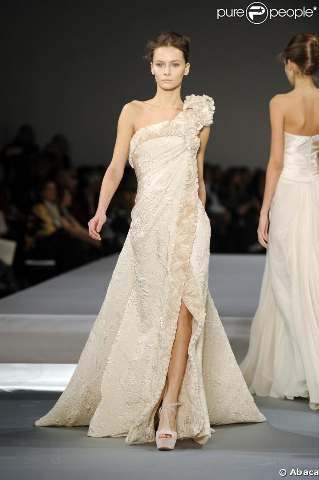 Le défilé Elie Saab, véritable honneur aux femmes chic et glamour, a misé sur les tons pastels et neutres, la tendance de l'été...
