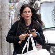 Exclusif - Courteney Cox porte une grande housse à vêtements de la marque Céline dans les rues de Beverly Hills, le 6 juin 2017