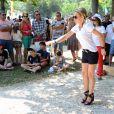 """Cécile de Ménibus - Tournoi de pétanque """"Grand Prix des Personnalités"""" à L'Isle-sur-la-Sorgue le 24 juin 2017 © Eric Etten / Bestimage"""