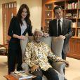Premier voyage diplomatique officiel pour Carla, elle accompagne le Président en Afrique le 26 février et rencontre le grand Nelson Mandela. Nicolas Sarkozy toujours très affectueux, lui prend la main discrètement.