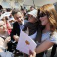 C'est un véritable bain de foule que prennent Nicolas et Carla Sarkozy, pour la fête de la musique le 21 juin ! Les Français aiment ce couple de jeunes amoureux !