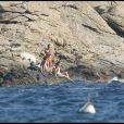 Loin des regards, caché par les rochers, le couple peut s'adonner à des moments de détentes dans la propriété de la famille Bruni, au Cap Nègre dans le Var en août.