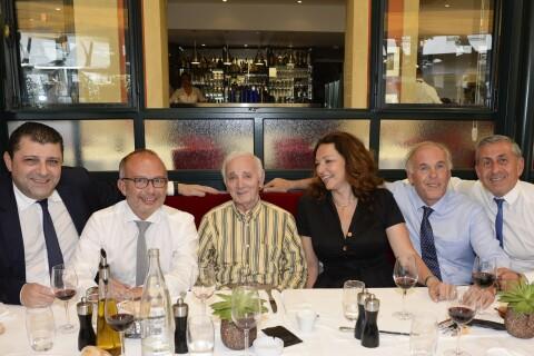 Charles Aznavour : Médaillé par la ville de Marseille, il fait sensation