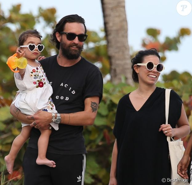 Exclusif - Ally Hilfiger passe une belle journée ensoleillée avec son mari Steve Hash et sa fille Harley à Miami. Ally passe des vacances en famille à l'hôtel The Raleigh, magnifique endroit redécoré et acheté par son père T. Hilfiger. Ally fait des selfies avec sa fille. Le 14 mars 2017 © CPA/Bestimage