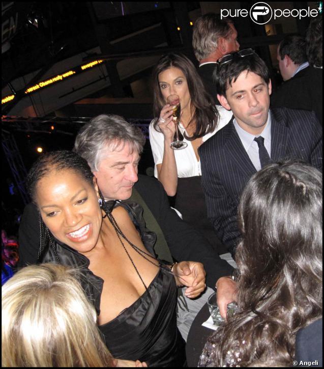 Soirée organisée au Nouveau Musée de Washington par le Huffington Post le 20 janvier 2009, jour de l'investiture de Barack Obama : Robert de Niro et Grace Hightower, avec Teri Hatcher qui sirote en douce, en arrière-plan... Vue !