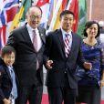 Jim Yong Kim avec sa femme Younsook Lim et ses enfants Nicholas Jim Kim et Thomas Jim Kim arrivent au concert de la Neuvième Symphonie de Beethoven à l'Elbphilharmonie de Hamburg, Allemagne, le 7 juillet 2017. © Future-Image/Zuma Press/Bestimage