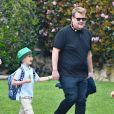 James Corden se balade avec son fils Max à Santa Monica, le 17 mars 2017