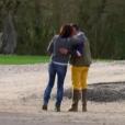 """Gwladys embrasse Pierre-Emmanuel - """"L'amour est dans le pré 2017"""" sur M6. le 17 juillet 2017."""
