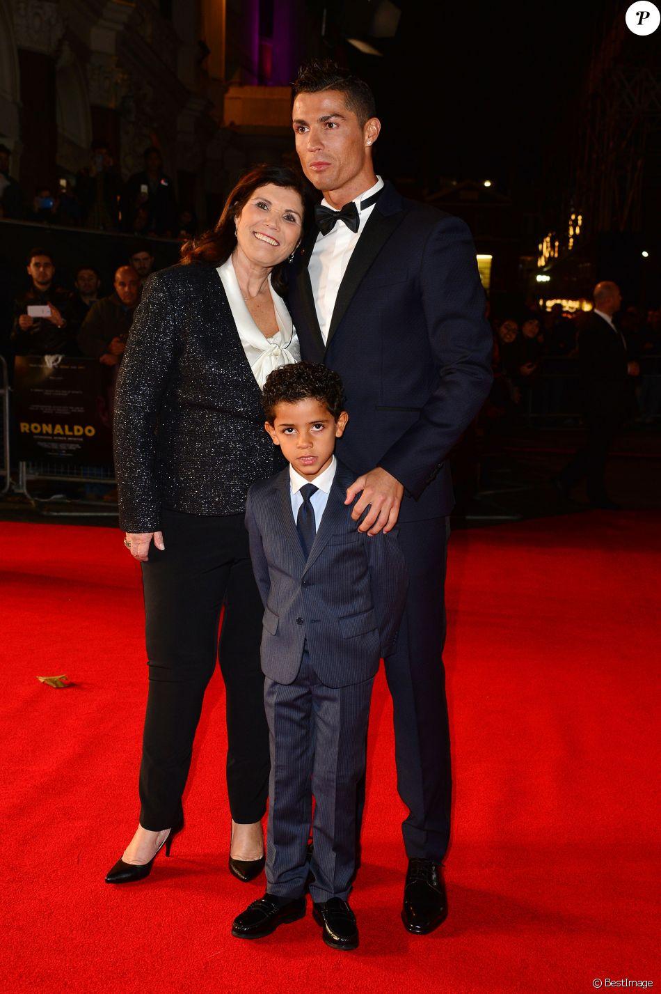 "Cristiano Ronaldo avec sa mère Maria Dolores dos Santos Aveiro et son fils Cristiano Ronaldo Jr - Première du film ""Ronaldo"" à Londres le 9 novembre 2015."