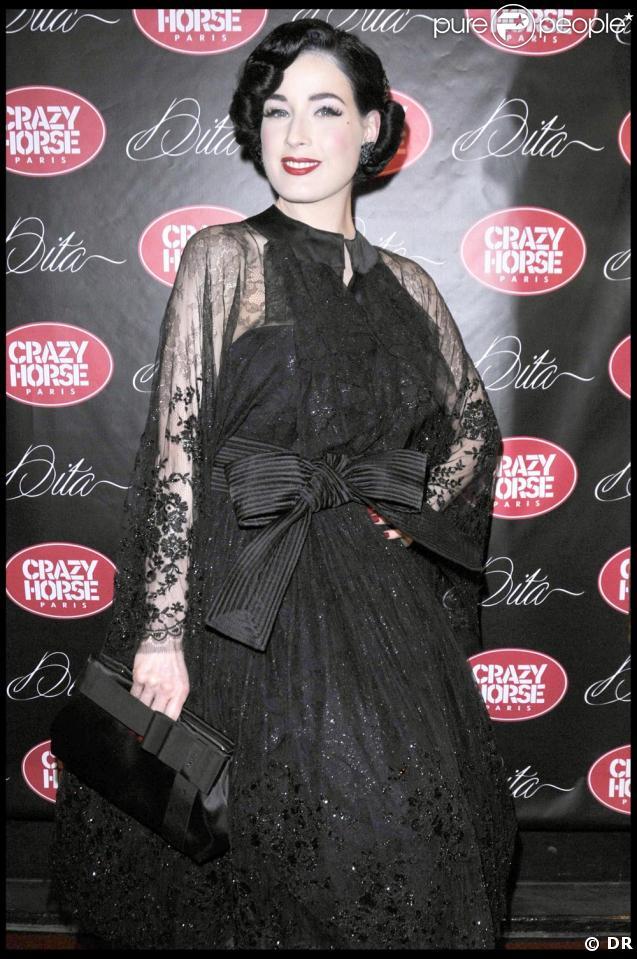 Dita Von Teese, fabuleuse à Paris avec son sac et ses chaussures Fendi