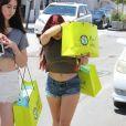 Ariel Winter se cache des photographes pendant son shopping chez Planet Blue dans le quartier de Beverly Hills à Los Angeles, Californie, Etats-Unis, le 20 juin 2017. © CPA/Bestimage