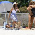 Emily Ratajkowski profite d'un après-midi ensoleillé sur la plage de Malibu. Los Angeles, le 18 juillet 2017.