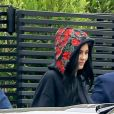 Travis Scott embrasse, câline et touche les fesses de sa petite amie Kylie Jenner devant son domicile avant de partir pour l'aéroport de LAX à Los Angeles. Le couple semble avoir du mal à se quitter et Travis offre une peinture à sa bien aimée avant de monter dans la voiture. le 31 mai 2017