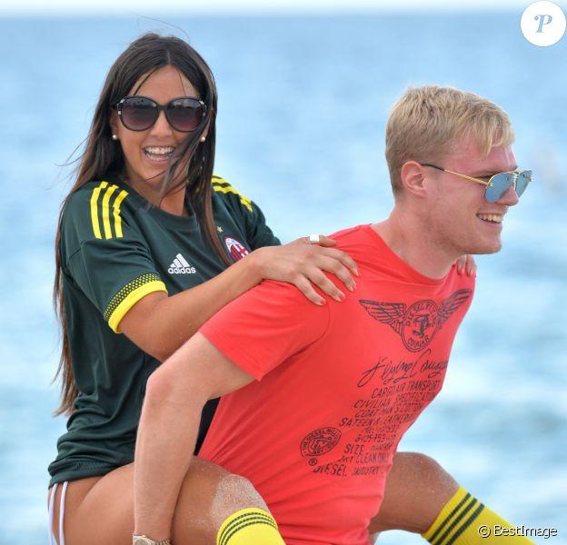 Exclusif - Claudia Romani (Secret Story 9), vêtue du maillot du Milan AC et son compagnon Chris Johns jouent au foot sur la plage de Sunny Isles Beach le 19 juillet 2017.