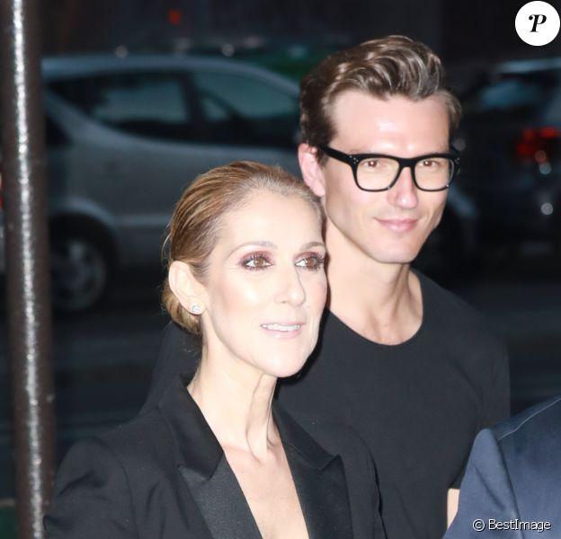 Céline Dion quitte le l'hôtel Royal Monceau et va dîner en compagnie de son danseur Pepe Munoz au restaurant Manko à Paris le 21 juillet 2017. La chanteuse est acceuilie par Tony Gomez à l'entrée de l'établissement.