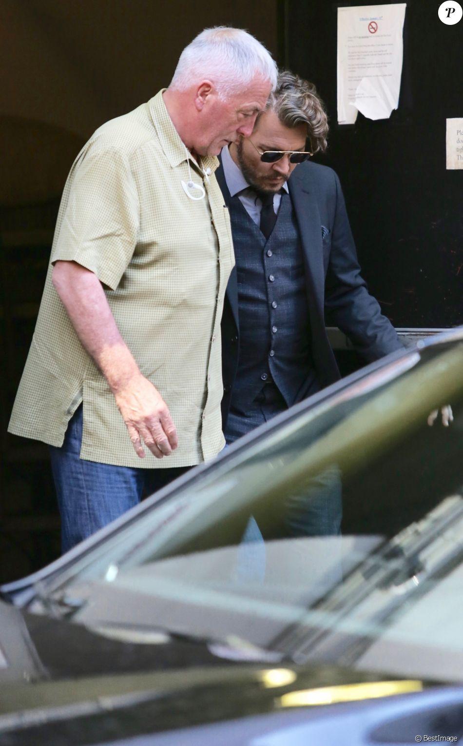 """Johnny Depp sur le plateau du film """"Richard Says Goodbye"""" accompagné de son garde du corps Jerry Judge à Vancouver, le 25 juillet 2017"""