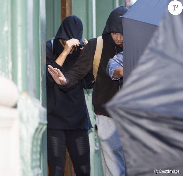 Taylor Swift et son compagnon Joe Alwyn se cachent des photographes à la sortie de son domicile à New York, le 24 juillet 2017
