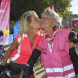 Baiser entre Sylvie Tellier et sa maman Annick, à la randonnée cycliste organisée dans le cadre de l'opération Toutes à Paris, le dimanche 16 septembre 2012.