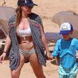 Hilary Duff et son fils Luca font du paddle sur la plage de Maui, à Hawaï. Le 4 août 2017.