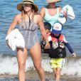 Hilary duff et son fils Luca font du paddle sur la plage de Maui à Hawaï. Le 3 août 2017.