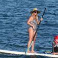 Hilary Duff et son fils Luca font du paddle sur la plage de Wailea (comté de Maui) à Hawaï, le 2 août 2017.
