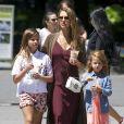 Jessica Alba, enceinte, se balade avec ses filles Honor et Haven à New York, le 4 août 2017.