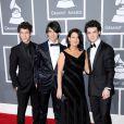 Les Jonas Brothers et leur maman lors des Grammy Awards 2009