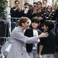 Céline Dion quitte l'hôtel Royal Monceau avec ses jumeaux Eddy et Nelson, pour prendre un jet privé au Bourget le 10 août 2017.
