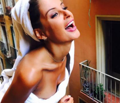 Malika Ménard, resplendissante et un brin dénudée à Barcelone : L'ex-Miss assure