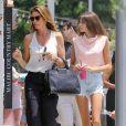 Exclusif - Cindy Crawford se balade avec sa fille Kaia Gerber au Country Mart à Malibu, le 13 juillet 2017.