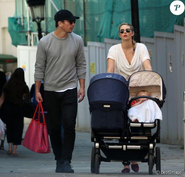 Exclusif - Tamsin Egerton et son compagnon Josh Hartnett en balade avec leurs enfants à Londres le 11 août 2017.