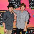""""""" Dylan Sprouse et Cole Sprouse à une soirée de récompence à Los Angeles, le 27 mars 2010. Photo par Lionel Hahn/ABACAPRESS.COM """""""