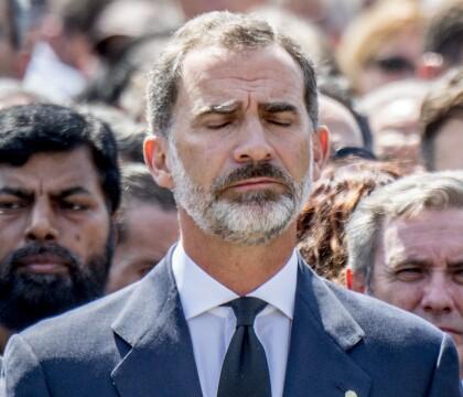 Attentat de Barcelone : L'émotion du roi Felipe et 100 000 personnes recueillies