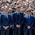 """""""Le roi Felipe VI d'Espagne a pris part à une minute de silence sur la place de Catalogne à Barcelone le 18 août 2017 au lendemain du double attentat jihadiste qui a fait 14 morts et près de 130 blessés sur La Rambla à Barcelone et à Cambrils. 100 000 personnes étaient rassemblées pour ce moment de recueillement intense qui s'est achevé dans les applaudissements et les cris de """"je n'ai pas peur""""."""""""