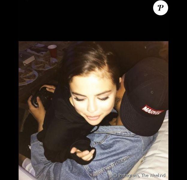 The Weeknd a dévoilé cette photo de lui et de sa chérie Selena Gomez sur Instagram. Août 2017