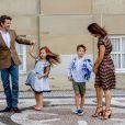 Le prince Frederik et la princesse Mary de Danemark au château d'Amalienborg au matin de la première rentrée des classes de leurs enfants la princesse Josephine et le prince Vincent de Danemark, le 15 août 2017. Le prince Frederik s'est ensuite envolé pour l'Australie, pays d'origine de Mary, pour disputer une course nautique dans le Queensland.