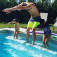 Camille Lacourt apprend à sa fille Jazz comment plonger. Instagram, le 21 août 2017.