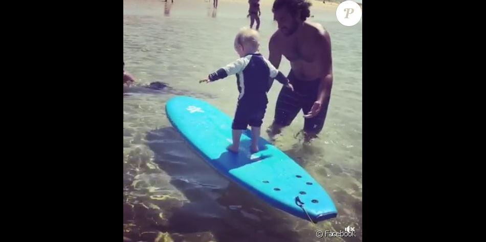 Natasha St-Pier a filmé son fils Bixente faisant du surf avec son papa Grégory. Août 2017