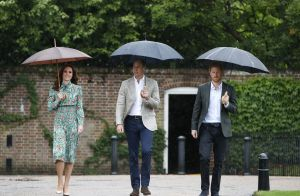 Lady Diana : William, Harry et Kate dans les jardins de Kensington, à sa mémoire