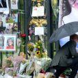 Le prince William et le prince Harry ont examiné le 30 août 2017, à la veille du 20e anniversaire de la mort de Lady Diana, les témoignages d'affection et d'hommage du public devant les grilles du palais de Kensington.