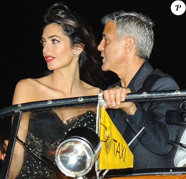Amal et George Clooney se promènent dans un bateau taxi lors du 74e Festival International du Film de Venise en Italie le 31 aout 2017