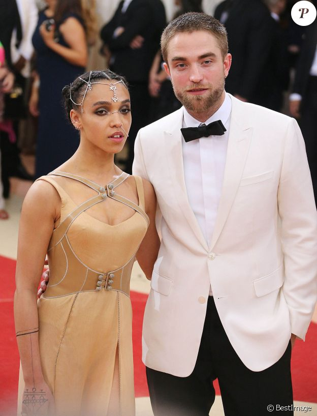 "Robert Pattinson et sa petite amie FKA Twigs - Soirée Costume Institute Benefit Gala 2016 (Met Ball) sur le thème de ""Manus x Machina"" au Metropolitan Museum of Art à New York, le 2 mai 2016."