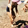 La petite Giulia Sarkoy sur une plage du Cap Nègre, août 2017.
