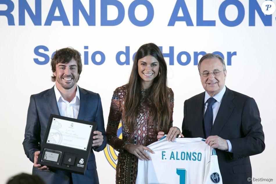Le pilote Fernando Alonso avec sa compagne Linda Morselli et Florentino Pérez, président du Real de Madrid, reçoit le titre de membre d'honneur du Real de Madrid au Stade Santiago-Bernabéu à Madrid le 4 septembre 2017.