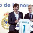 Le pilote Fernando Alonso avec Florentino Pérez, président du Real de Madrid, reçoit le titre de membre d'honneur du Real de Madrid au Stade Santiago-Bernabéu à Madrid le 4 septembre 2017.