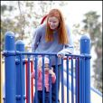 Marcia Cross et ses jumelles Eden et Savannah passent l'après-midi au parc. Sans papa, trop occupé à se battre contre le cancer...