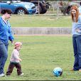 Marcia Cross et ses jumelles Eden et Savannah passent l'après-midi au parc. Rien de tel que de taper dans le ballon pour se défouler !