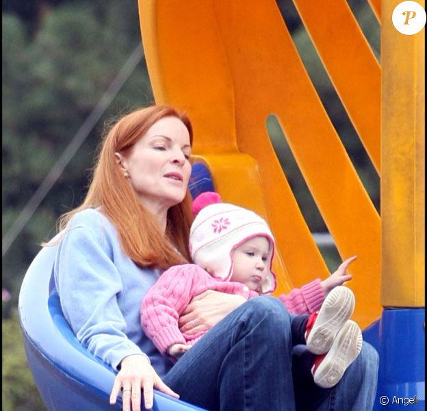 Marcia Cross et ses jumelles Eden et Savannah passent l'après-midi au parc, et s'éclatent dans les toboggans. Sans papa, trop occupé à se battre contre le cancer...