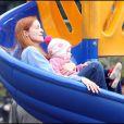 Marcia Cross et ses jumelles Eden et Savannah passent l'après-midi au parc. Et la maman n'est pas la dernière à avoir des sensations fortes !